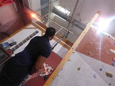 Reinigung von Indoor-Kletteranlagen