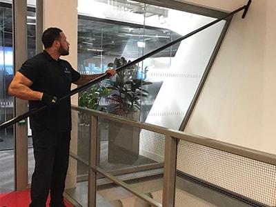 Reinigung von hohen Eingangshallen